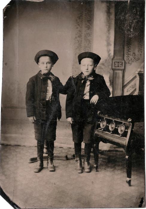 Для одного из братьев это фото посмертное.