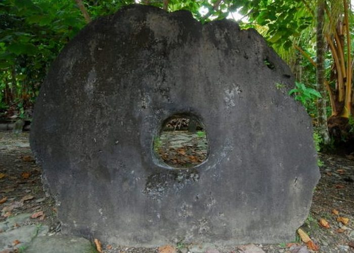 Большой камень Раи на островах Яп.