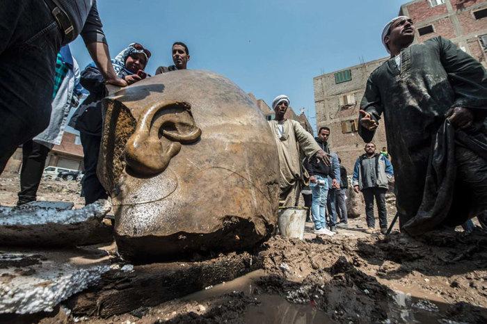 Голова гигантской статуи.
