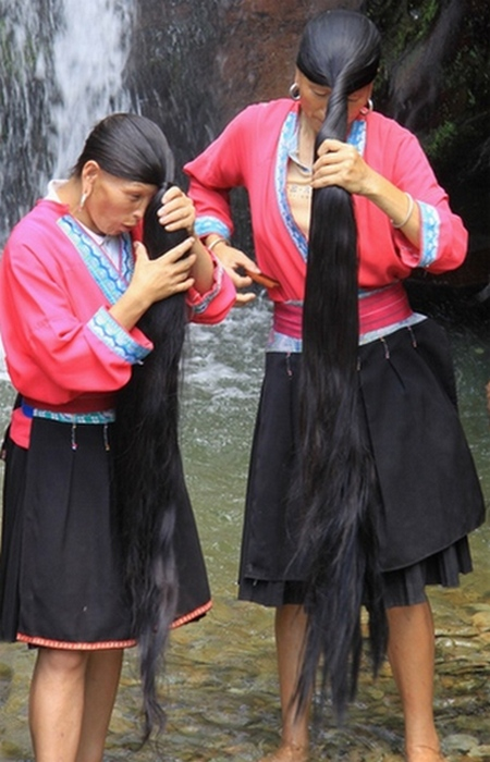 Средняя длина волос у женщин деревни составляет 2,1 метра.
