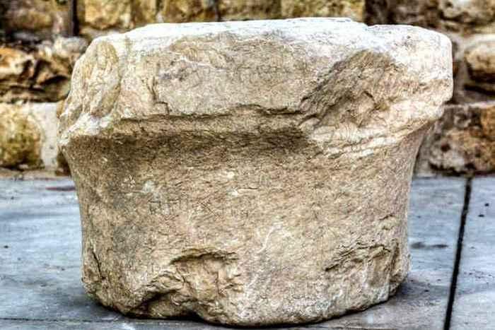 Религиозный артефакт: каменный постамент Пкиина.