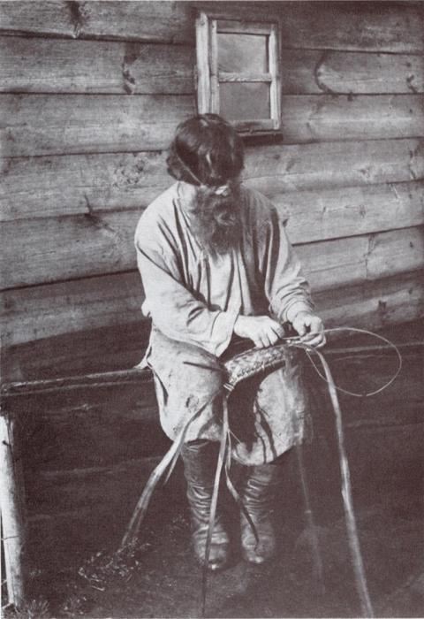 Плетение лаптей.
