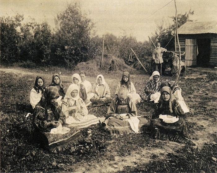 Женщины за вышиванием.