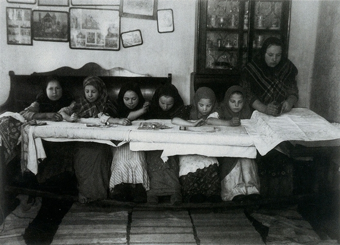 И девочки вышивают.