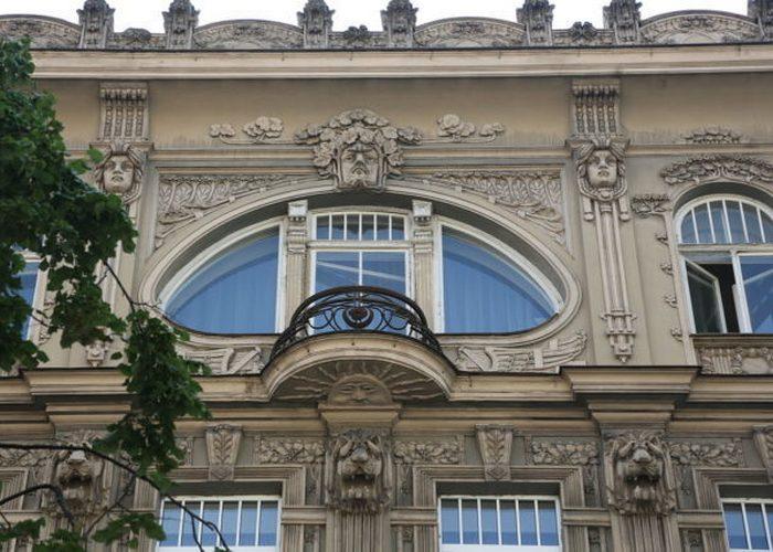 Балкон одного из зданий в стиле ар-нуво.