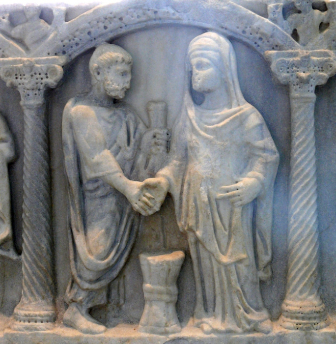 Римская пара, держащаяся за руки. Пояс невесты символизирует, что муж был «опоясан и привязан» к жене (саркофаг IV века).