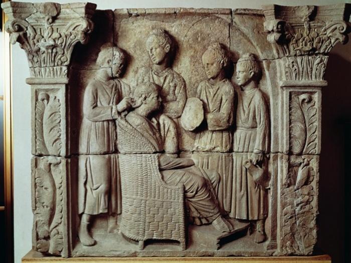 Состоятельная римлянка делает причёску в салоне красоты. Барельеф II века.