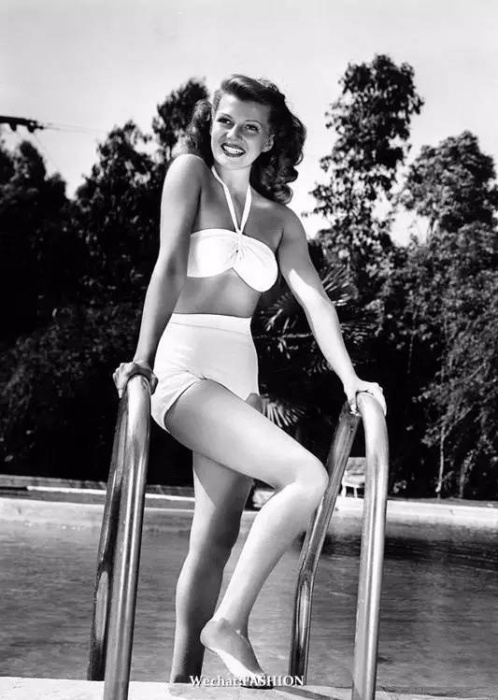 Рита Хейворт в купальнике.
