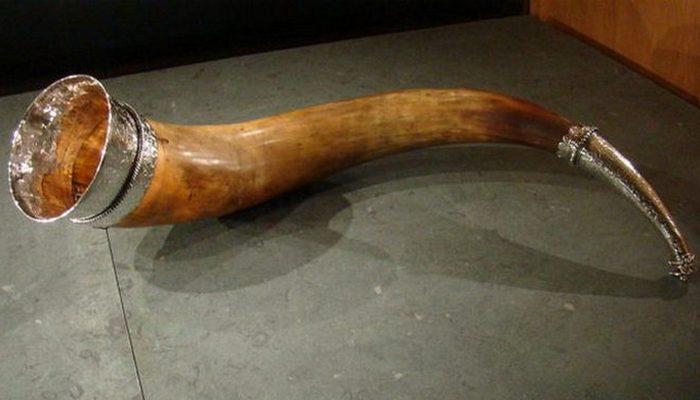 Питьевой рог из Роордахуизума, сделанный в середине XVI века серебряных дел мастером Альбертом Якобсом Кантером. Фризский музей в Леувардене.
