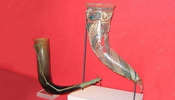 Бронзовый и стеклянный роги вендельского периода. Шведский музей национальных древностей.