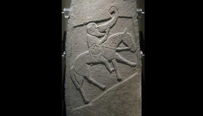 Булионский камень - пиктский камень с изображением конного воина, который пьет из большого рога. Музей Шотландии, Эдинбург.