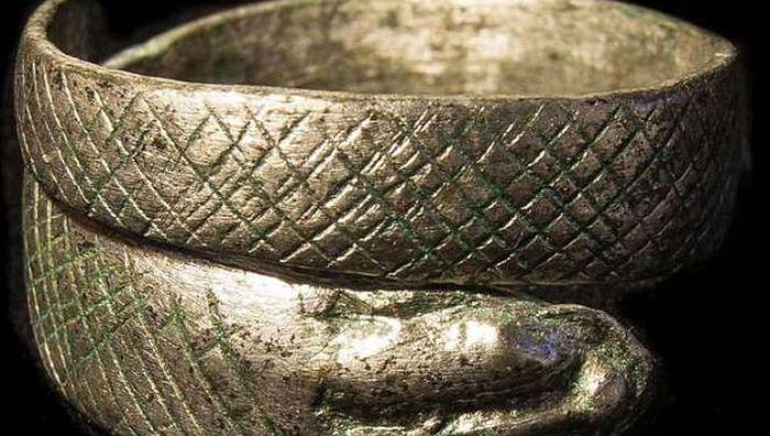 Металлический браслет, найденный на древней дороге.