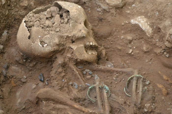 Скелет ребёнка с ожерельем на шее.