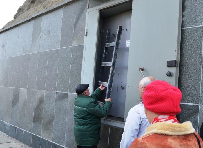 В непарадной части скульптуры есть небольшая дверца, через которую можно попасть внутрь мемориала.