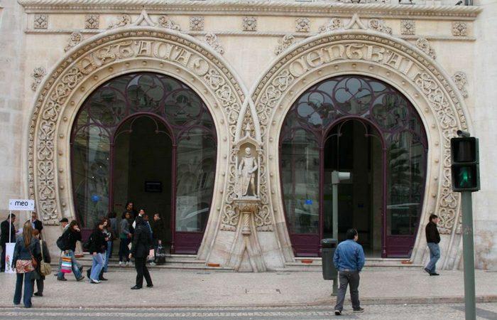 Статуя была установлена на фасаде вокзала Россио в Лиссабоне.