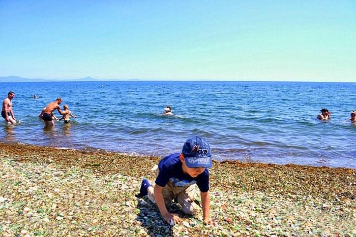 Пляж вновь стал популярным местом отдыха.
