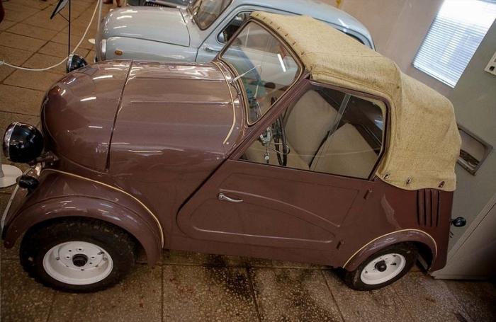 Гараж старинных русских машин.