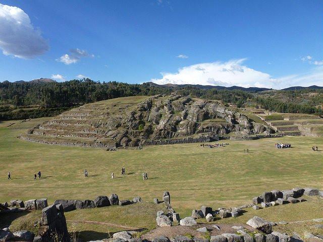 Инки построили каменные стены из огромных камней.