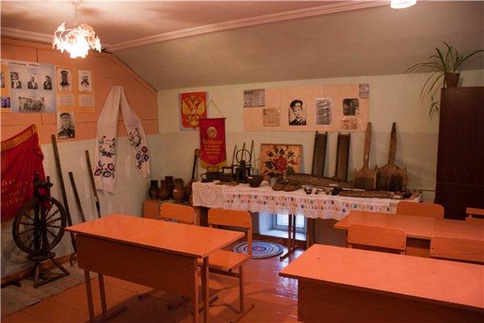 Один из залов музея сельской школы.