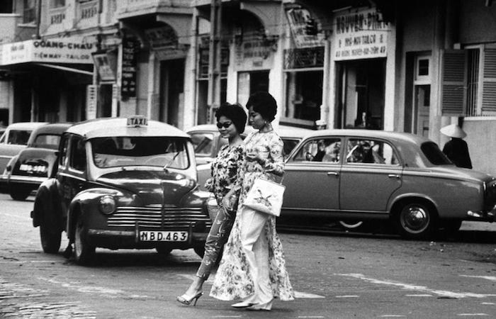 Гламурные дамочки, стильные сумоки, брусчатка...  каблуки.