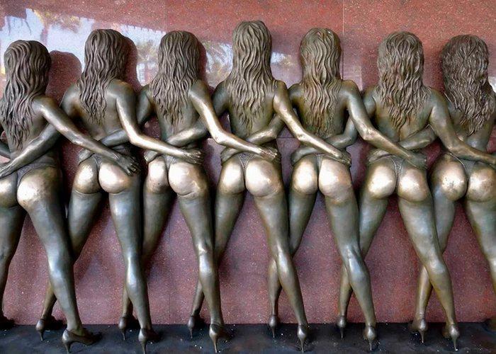 Скульптура «Сумасшедшие девушки».
