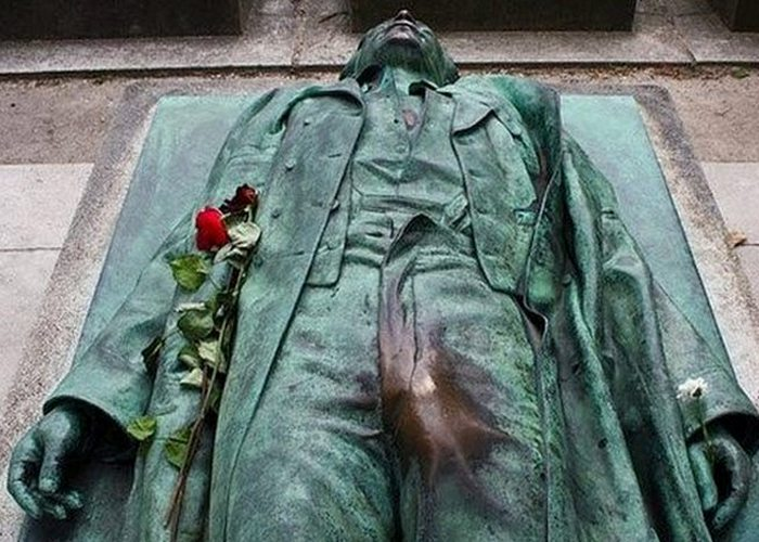 Надгробие Виктора Нуара.