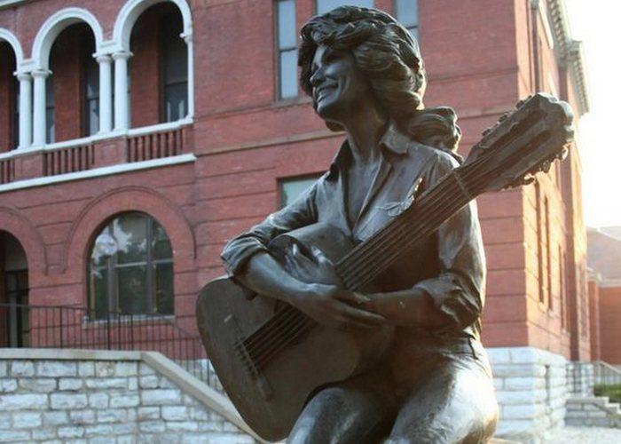 Скульптура «Долли Партон».
