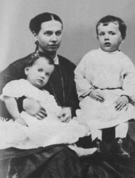 Софья Андреевна с детьми.
