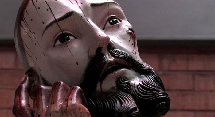 Статуя Иисуса с настоящими зубами.