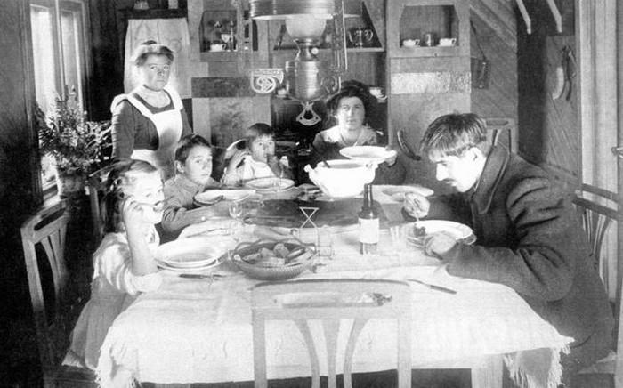 Семья Чуковских за обедом.