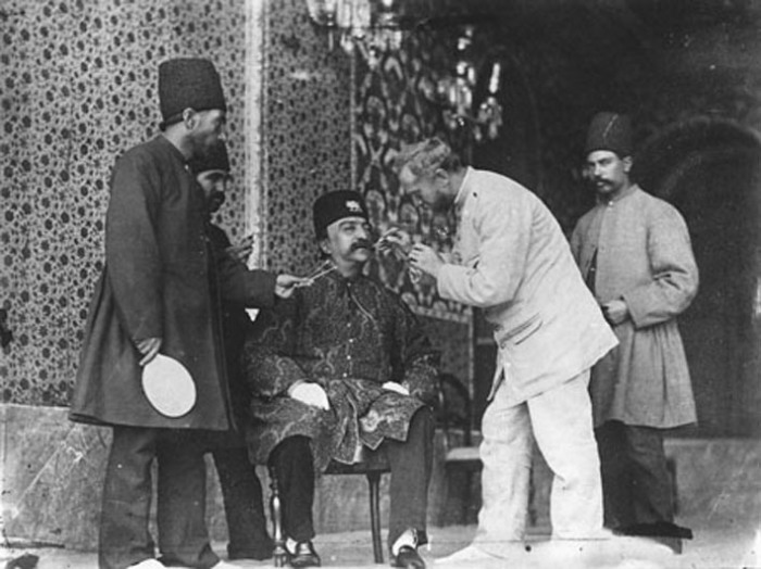 Ад-Дин Шах Каджар  и фотограф Севрюгин перед фотосъёмкой.