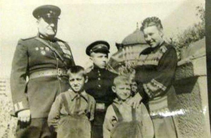Михаил и Нина Воробьёвы с приёмным сыном Сергеем и родными детьми.