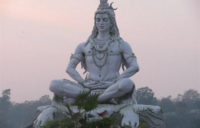 Статуя Шивы на реке Ганг.