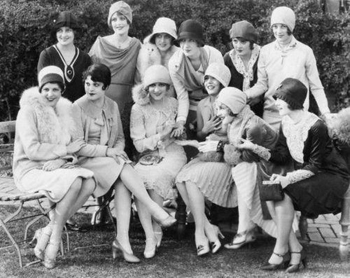 Коллективное фото. Модницы 1920-х.