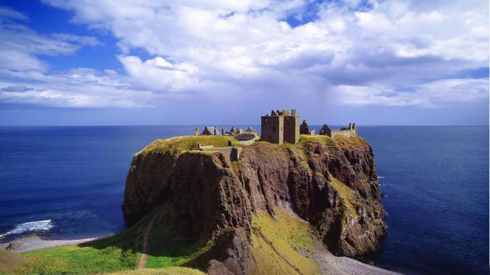 Замок Данноттар, Стонхейвен, Шотландия. / Фото:nl.yoyowall.com