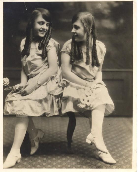 Жизнерадостные сёстры Хилтон.