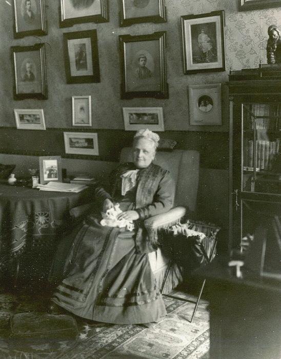 Фрейлина ее императорского величества, начальница Смольного института княгиня Е.А.Ливен в кресле с вязанием в руках.