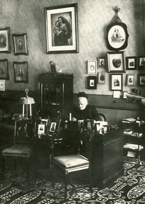 Начальница Смольного института Е.А. Ливен в кабинете за письменным столом.