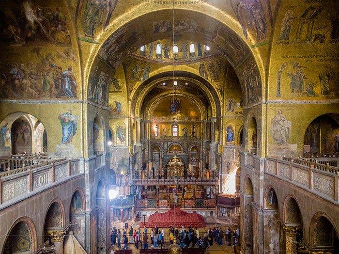 Интерьер базилики - самой красивой из всех церквей в Венеции.