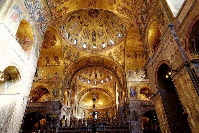 С тех пор, как собор стал резиденцией патриарха Венеции, были сделаны многие дополнения. Автор: Майкл Вадон