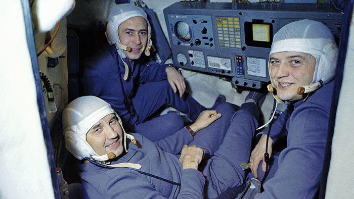 Экипаж космического корабля «Союз-11» в корабле-тренажере.