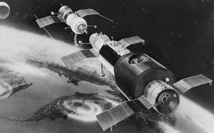 Рисунок, изображающий космический корабль Союз-11 и орбитальную станцию Салют, 1971 год (Фото: Фотохроника ТАСС)