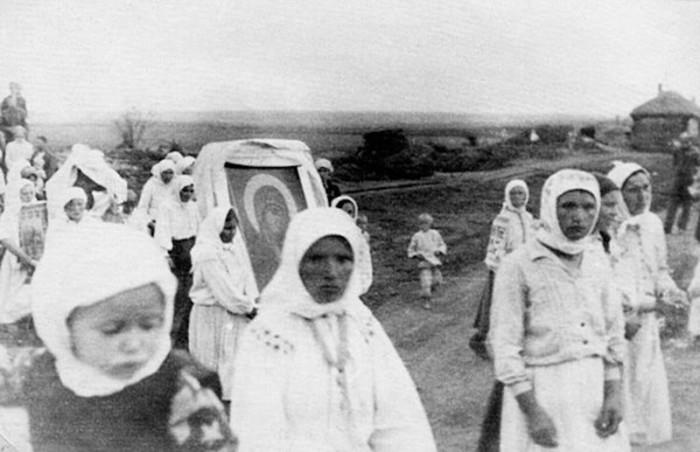 Деревенские женщины на крестном ходе.