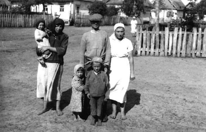 Жители советской деревни в объективе немецкого фотографа.