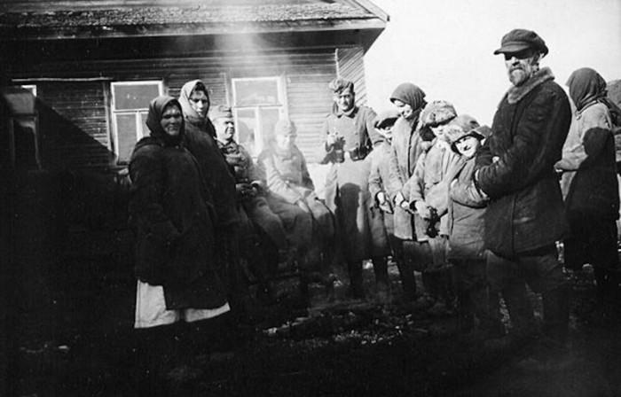Местные жители и немецкие солдаты.