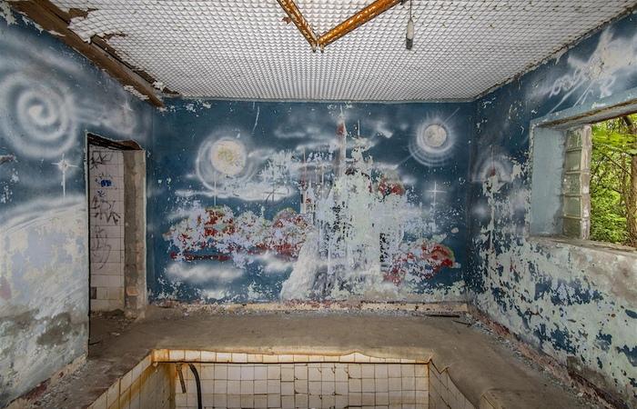 Роспись стен в солдатской бане. Космос.