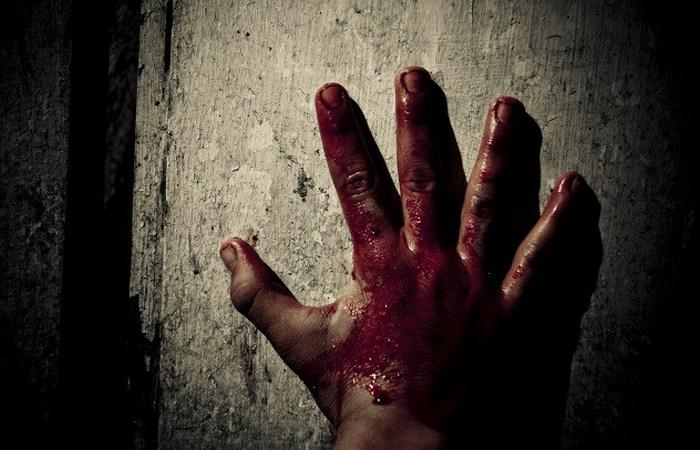 Палкой по пальцам.
