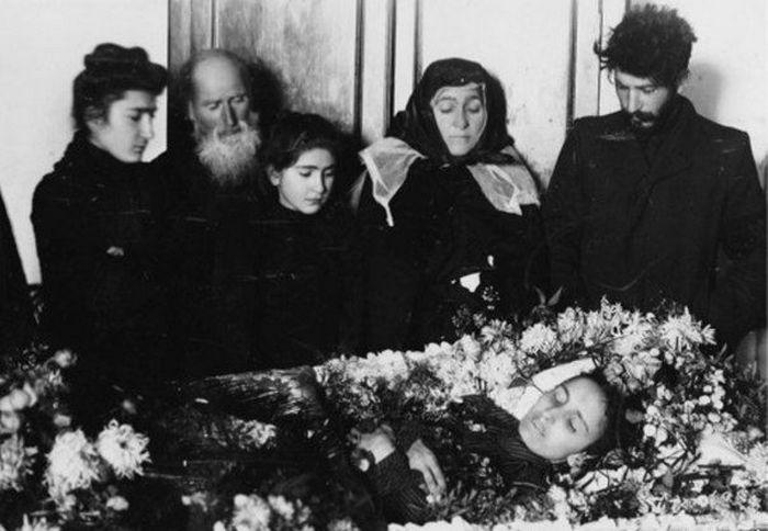Сталин на похоронах своей первой жены Като Сванидзе, 1907 г.
