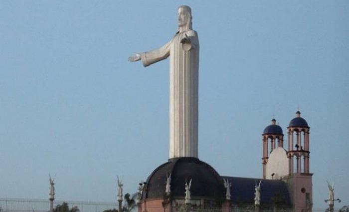 Купол церкви Сан-Мартин-де-Поррес Тихуана служит основанием статуи.