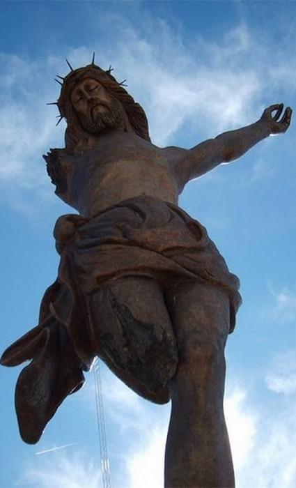 Высота статуи: 25 метров.